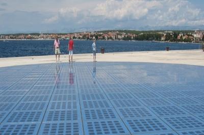Empresa transforma passarelas em painéis solares