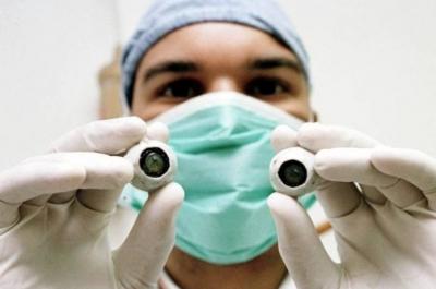 Primeiro transplante de córnea artificial restaura visão de homem cego